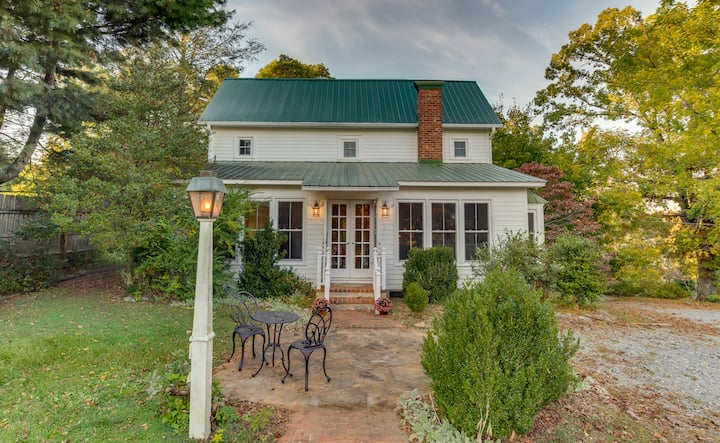 Historic Shepherd's Cottage—walk to Saluda!