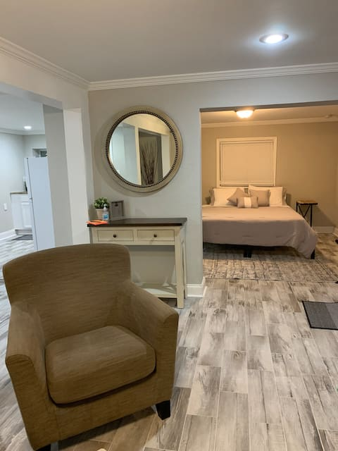Quiet, Chic Studio just 10 mins from Downtown