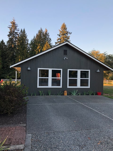 Adorable two bedroom guest cottage w/ full kitchen