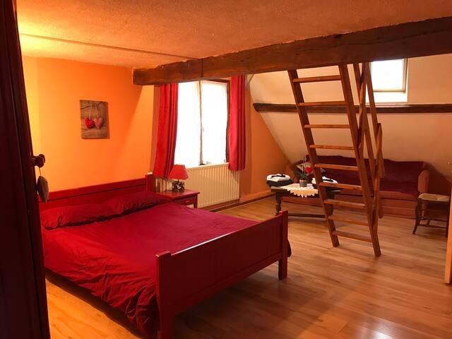 Chambre rouge en mezzanine 4 lits avec Douche et WC privé
