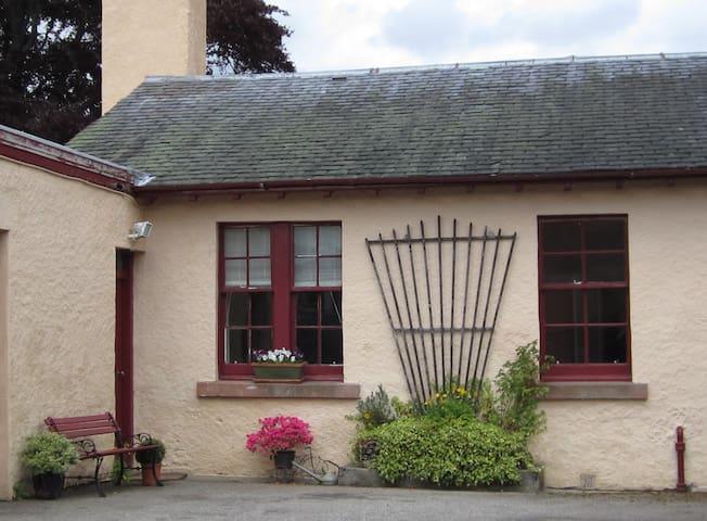 Cosy, family friendly cottage Strathpeffer & NC500 - Strathpeffer - Dom