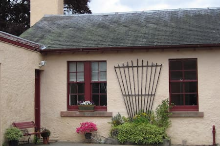 Cosy, family friendly cottage Strathpeffer & NC500 - Strathpeffer - 独立屋