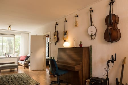 The house is located in an upcoming neighborhood where part of Rotterdams creative scene is slowly settling. It's close to the historic Delfshaven with good public transport access. Various instruments and a movie corner fill the huge living room.