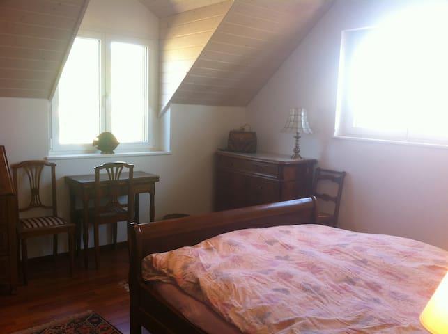 Grande chambre dans une villa neuve - Perroy - House