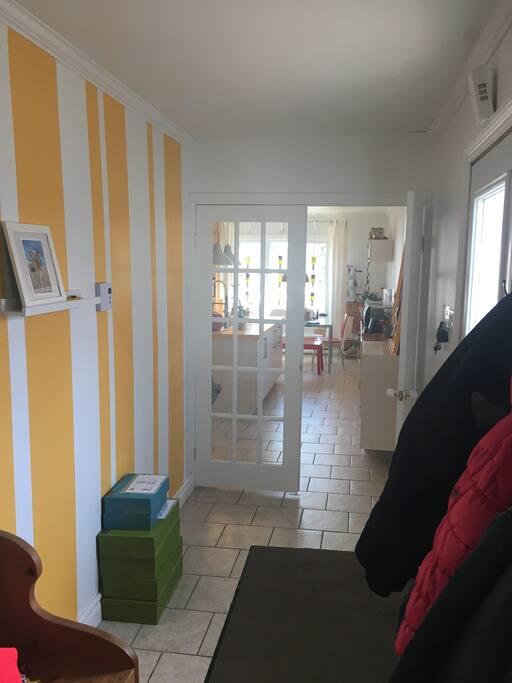 Le vestibule d'entrée qui donne accès directement à la cuisine