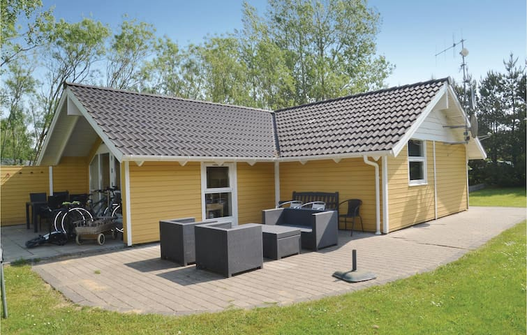 Holiday cottage with 2 bedrooms on 66m² in Oksbøl