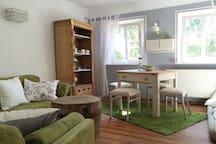 Wohnzimmer mit TV und Essbereich