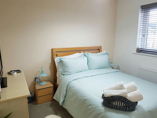 Lovely double room in modern home close to nature.