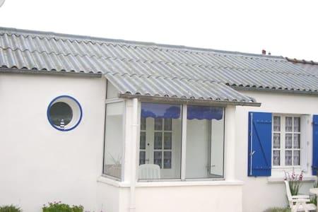 Petite maison en rez de jardin et en bord de mer - Landunvez - Hus