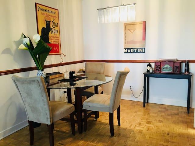 Spacieuse chambre Westmount- Artsy / vintage deco.