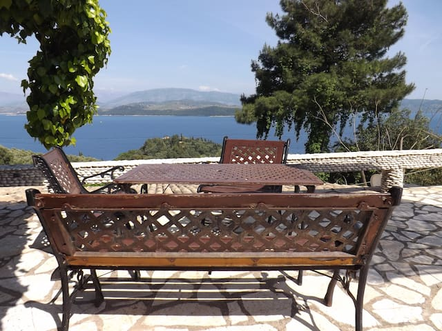 2 bed cottages,sea views,quiet,pool,BBQ,Kerassia . - Kassiopi - 一軒家
