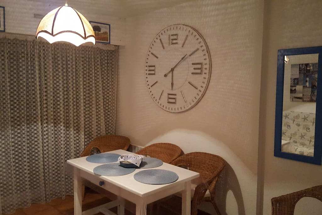 Studio 4 pers max proche mer 7min appartements louer for Le bon coin location salon de provence