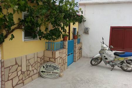 VINTAGE HOUSE-VORI- RENT-ROOMS