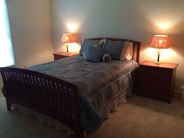 Pvt queen room, tranquil location - Blacksburg - Talo