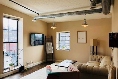 Bright and cozy condo in the heart of downtown