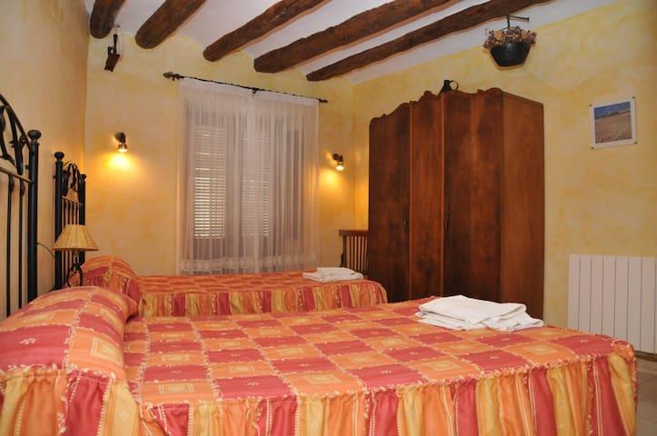 Interior de la habitación con balcón y baño interior
