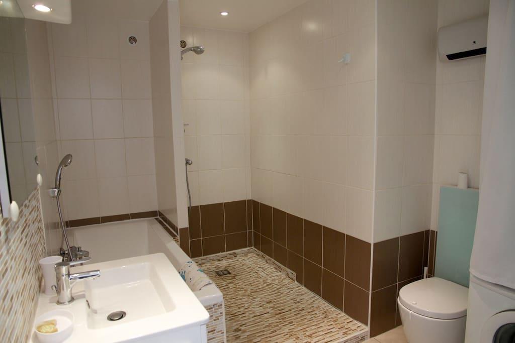 La salle de bain (baignoire et douche italienne, lave-linge et wc)