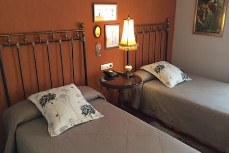 Coqueta habitación para dos - Urroz Villa - Casa