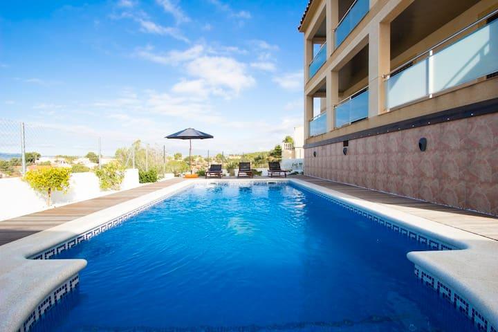 Catalunya Casas: Mesmerizing villa in Costa Dorada with a private pool, 6km to the beach!