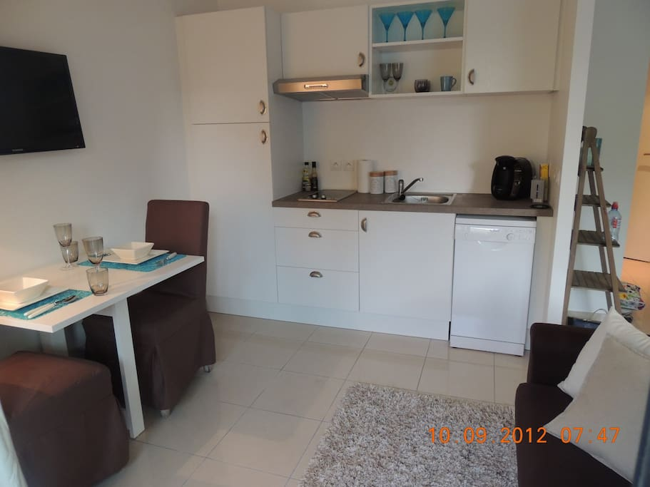 Fully equipped kitchen with dining place