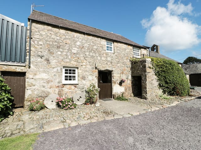 STABLE 2, family friendly, with a garden in Llanbedrog, Ref 8901