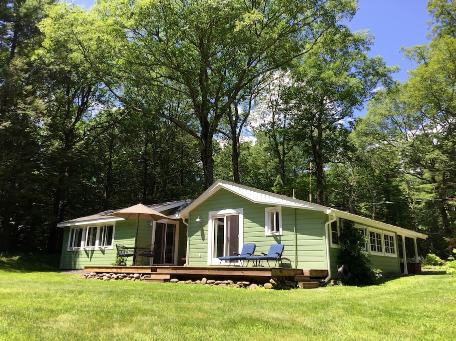 Green Cottage is a vintage mountain cottage built in 1930 and expanded in 2015.  Its 1.6 acres on a dead end road offer a private back yard and deck.