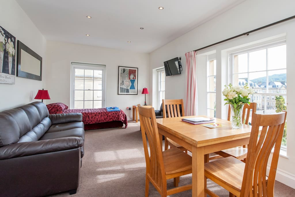 The reception room is spacious and bright, with wall-mounted TV (Netflix and satellite), wifi thoughout, central heating and portable    air-conditioning units.