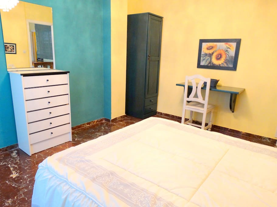 amplio dormitorio principal con cama de matrimonio