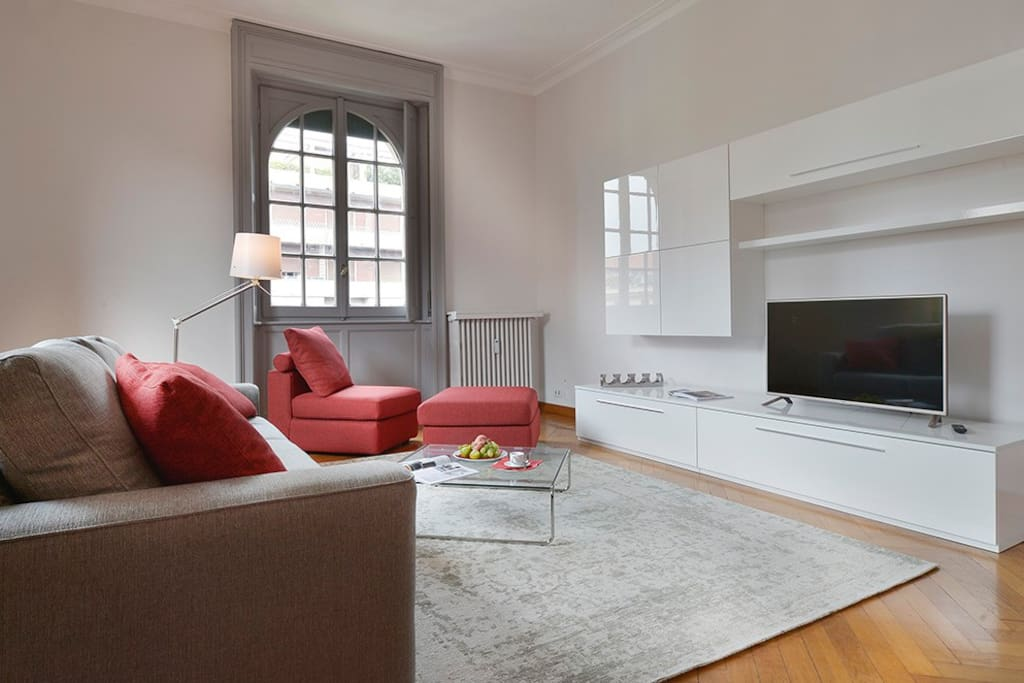 comfortable seating area with a flat screen TV