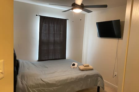 PRIVATE BEDROOM WITH QUEEN BED & SMART TV!