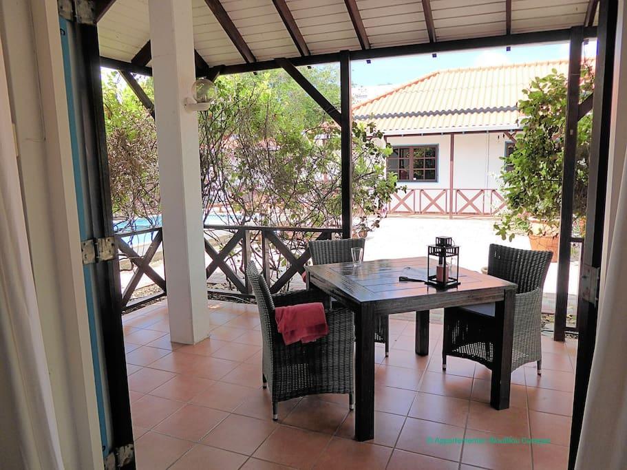 De ruime porch met zitgelegenheid