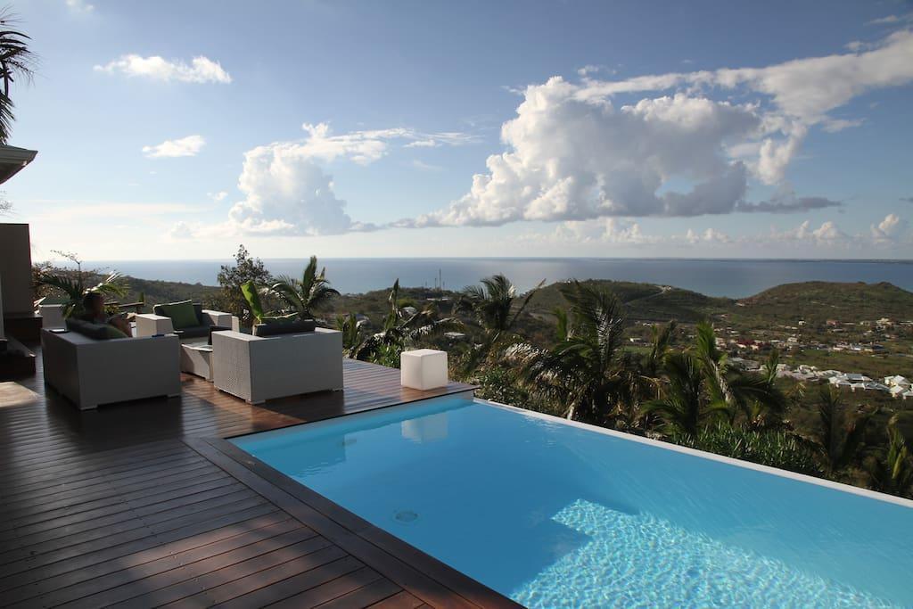 Salon extérieur, piscine à débordement au sel, vue mer extraordinaire à 180° sur anguilla et ses îles, grand case, Rocher Créole...