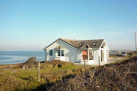 Flaggy Shore Lodge (YWM)