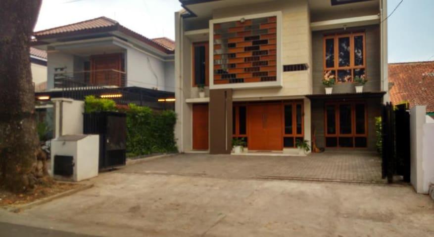 Guesthouse Ruangreka - Dago Bandung - Bandung - Bed & Breakfast