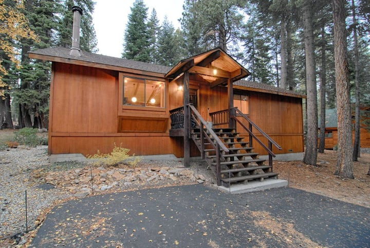 Cozy Cabin with Large Deck in Agate Bay! #149