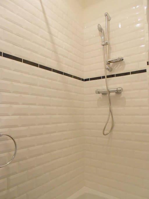 douche carrelage métro  les toilettes sont séparé de la salle de bain