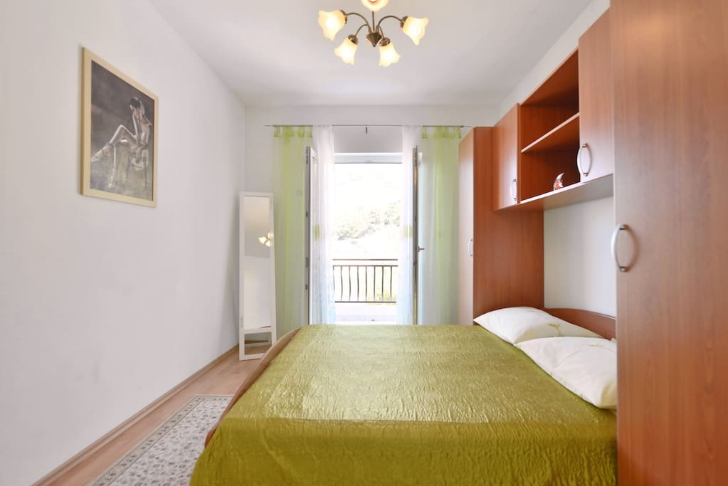 Bedroom with one double bed for 2 persons with outlet to balcony