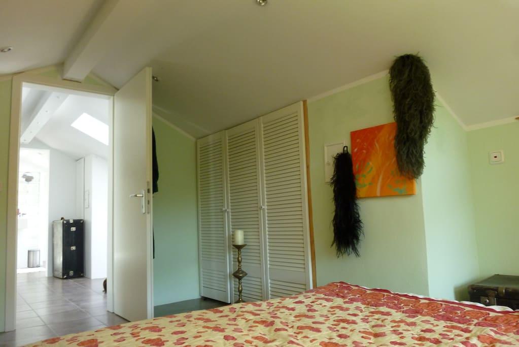 Der Blick vom Bett in den Raum