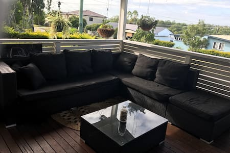 Beautiful home with great views in central locatio - Geebung - 独立屋