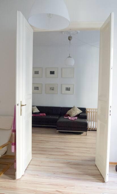 Flügeltür verbindet Wohn und Schlafzimmer
