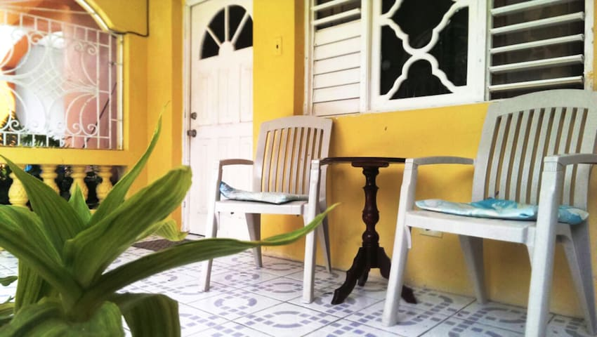 Beautiful Room in Apartment near Sea, Free WiFi - Montego Bay - Leilighet