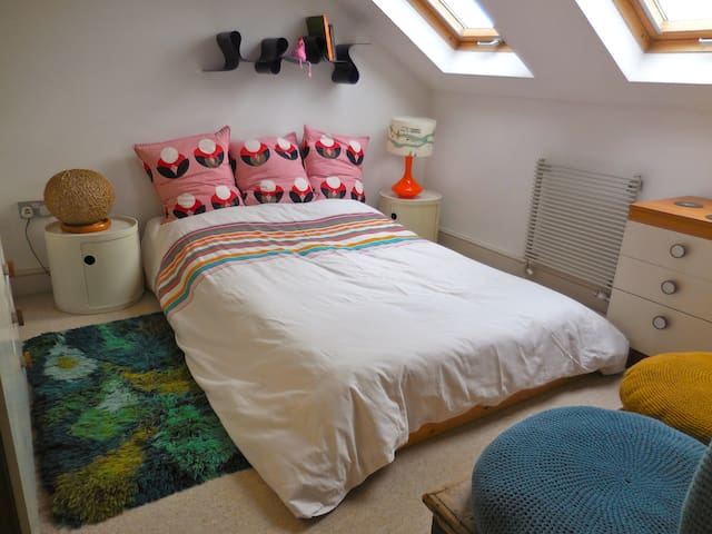 Bright and colourful room with 4ft double bed.