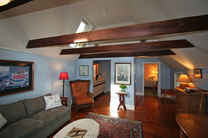 401 Carriage House