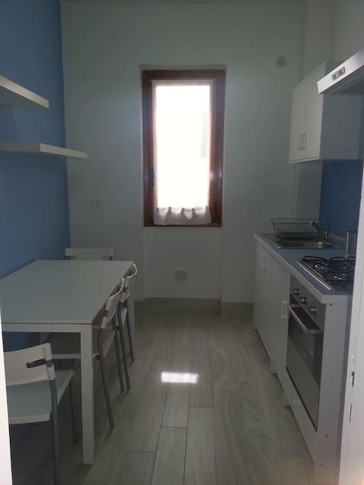 Cucina con tavolo, forno e finestra chiusa