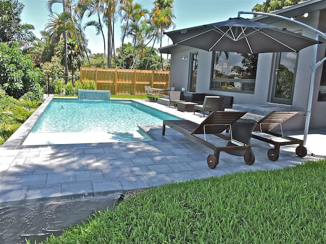 Brand new salt water pool overlooking the canal. the pool is heated in the winter!