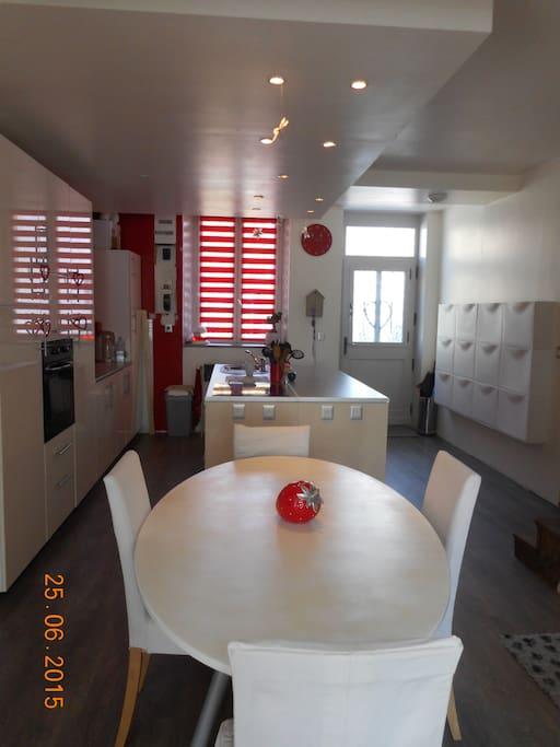 l'espace salle à manger accolé à la cuisine