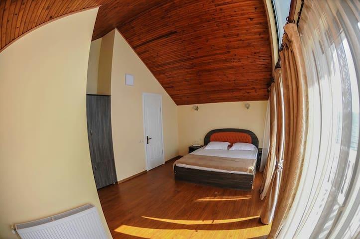 302 номер  Люкс на третьем этаже с видом на море, с возможностью установки дополнительной раскладной кровати.