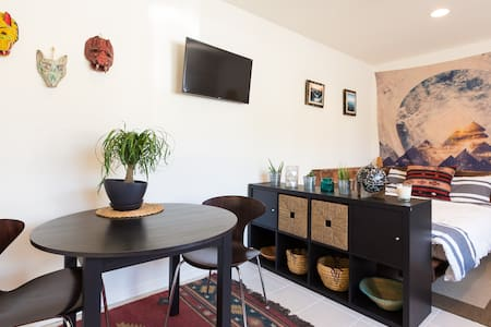 Ideal location! Studio is located between the beach and Abbot Kinney Blvd the best shopping and eating in Venice. Grab a cup of coffee and stroll down to the beach. Renovated 1st floor apartment with new furniture and private entrance