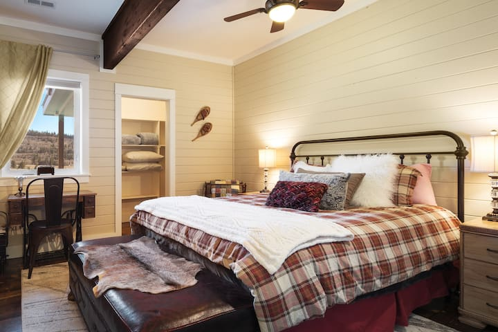 Sleep comfortably in the cozy second guest bedroom.