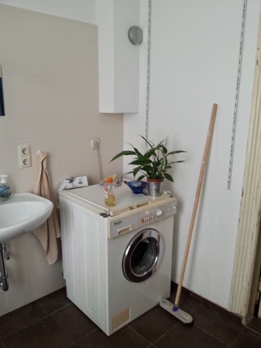 Das Badezimmer mit einer Dusche, einem Waschbecken und einer zweiten Miele Waschmaschine, die mitgenutzt werden kann.